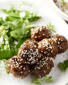 Wil je eens verrassend uit de hoek komen? Serveer dan deze heerlijke kruidige gehaktballetjes met Chinees vijfkruidenpoeder, peultjes en rijst.