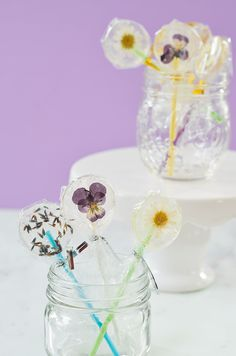Easy DIY Lollipops With Edible Flowers (click through for recipe) Summer Wedding Decorations, Wedding Party Favors, Diy Party, Party Ideas, Edible Plants, Edible Flowers, Food Styling, Giveaways, Cherry Blossom Party