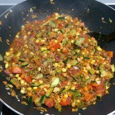 Vandaag maakte ik een snelle budget macaroni met saus uit een zakje. Toch even makkelijker zo om half acht en af en toe smokkelen mag. Ja toch?