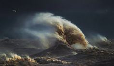 Photographer Captures Incredible 'Liquid Mountains' During Wind Storms on Lake Erie | Fstoppers