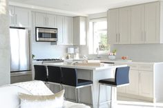 Are you tired of that same old cabinet design? A look into some modern kitchen with island: these may inspire you to make a change! Kitchen Island Shapes, Kitchen Island Dining Table, Kitchen Layouts With Island, Modern Kitchen Island, Old Kitchen, Best Kitchen Layout, Contemporary Kitchen Design, Cabinet Design, Kitchen Interior