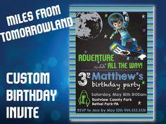 Miles von Tomorrowland druckbare digitale Einladung zur Geburtstagsfeier auf einer Tafel und gestreiften Hintergrund. Für eine Geburtstagsparty für Jungen oder Mädchen anpassbar. Bitte geben Sie den Namen/Alter Ihres Kindes oder jede andere Anpassung der Formulierung, die Sie