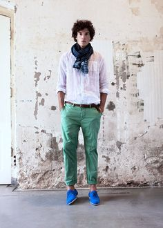 Royal Blue shoes work so well with these sea green pants, grabbing you a little extra attention for your efforts. Let the scarf bring it all together, careful not to let it mess it all up.