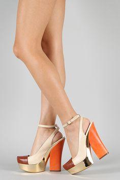 Sandalias con tacón naranja y plataforma dorada.