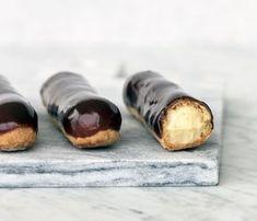 """Vi har fået fingrene i kogebogsforfatter Maja Vases fantastiske opskrift på éclairs med chokolade og vaniljecreme. Opskriften er fra bogen """"Majas kager"""" – og du får den her!"""