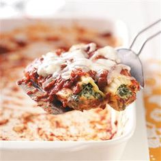 Cheese Spinach Manicotti Recipe -No one will even miss the meat in this hearty, delicious meal. Cream cheese and cottage cheese beef up the filling and give this lasagna-like dish a creamy base. Chicken Manicotti, Spinach Manicotti, Cheese Manicotti, Manicotti Recipe, Italian Dishes, Italian Recipes, Pasta Recipes, Beef Recipes, Cheese Recipes