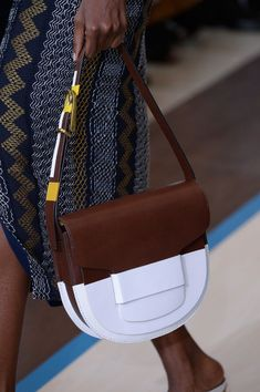 Tory Burch at New York Fashion Week Spring 2015 - Details Runway Photos Luxury Handbags, Purses And Handbags, Leather Shoulder Bag, Leather Bag, Sacs Design, Beautiful Bags, My Bags, Cartier, Fashion Bags
