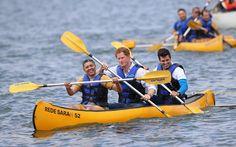 O britânico se jogou nos esportes! Ele se aventurou na canoagem...