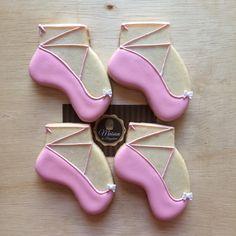 ✨ Biscoitos decorados... Sapatilhas✨ Para informações, contato@maisondubrigadeiro.com