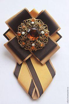 Купить или заказать Брошь - галстук ' Нарцисс ' в интернет-магазине на Ярмарке Мастеров. Брошь - галстук ' Нарцисс'. Стильный аксессуар ! Брошь выполнена из репсовой ленты. Центральный элемент- старая чешская брошь из латуни. Ribbon Jewelry, Ribbon Art, Diy Ribbon, Fabric Ribbon, Ribbon Crafts, Ribbon Bows, Lace Flowers, Fabric Flowers, Women Bow Tie