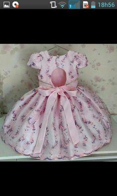 Vestido rosa bebê em organza bordado, com cinto de strass, com ótimo acabamento, e saia de armação, ideal para ocasiões especiais. Mais informações chamem no chat.