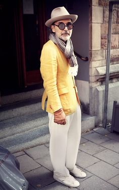 For an effortlessly classic outfit, go for a yellow blazer and white chinos — these items fit nicely together. White low top sneakers can immediately dress down a polished look. Yellow Sneakers, Yellow Blazer, Stylish Men, Men Casual, Smart Casual, Brown Leather Gloves, Dapper Suits, White Chinos, White Pants