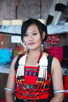 Nagaland photos lotha naga lady in traditional dress hornbill festival Naga People, India Culture, Indian People, Beauty Around The World, Traditional Dresses, Indian Beauty, Cute Girls, Beautiful People, Naga Morich