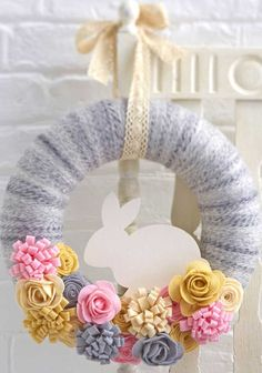 guirlanda de feltro para a pásco Diy Wreath, Burlap Wreath, Wreath Ideas, Easter Wreaths, Felt Flowers, Felt Crafts, Easter Bunny, Dollar Stores, Easy Diy