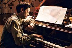 "Adrien Brody in ""The Pianist"", by Roman Polanski, adapted from Szpilman's book. Roman Polanski, Streaming Vf, Streaming Movies, Der Pianist, Emilia Fox, Ex Machina, Piano Lessons, Film Stills, Best Actor"