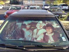 Ponerle un parasol en un coche es de ortera, falto de clase, gusto y hombría (nos encantan los volantes que no puedes ni agarrar del calor). Además, y dependiendo del coche, debería ser un delito. Dicho esto, si sigues empeñado en ponerle un carton de estos a tu coche, por favor que sea este modelo de parasol de Star Wars que te presentamos y que encontraras en internet por 14.99$.