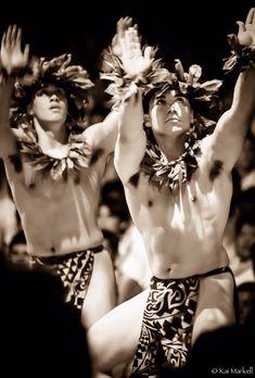Kane (men) dancing hula kahiko (ancient hula), wearing ti leaf leis on heads and necks and malo (Hawaiian loincloth). Photo by Kai Markell of Honolulu, Hawai'i. Polynesian Men, Polynesian Culture, Polynesian Dance, Polynesian Tattoos, Hawaiian Men, Hawaiian Dancers, Beautiful Men, Beautiful People, Tahitian Costumes