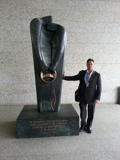 Abogados Indemnizaciones Accidentes traficoayuda.es junto al primer monumento europeo dedicado a las víctimas de accidentes de tráfico