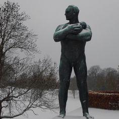 vinter i oslo | norge | frognerparken | vigelandsanlegget | mann holder lite barn i armene