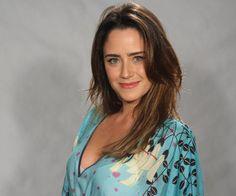 Fernanda Vasconcellos grava cenas sensuais com outra mulher