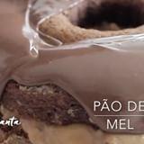 Melhor pão de mel da vida! Recheado com doce de leite feito na panela de pressão e coberto com chocolate ao leite derretido no micro.  INGREDIENTES:  1 xícara Mel (240ml) 1 xícara de Açúcar Mascavo 1 xícara de leite 3 1/2 xícaras de farinha de trigo 1 colher de sopa de manteiga derretida 1 colher de sopa de canela em pó 1 colher de sopa rasa de bicarbonato em pó 1 colher de sopa de baunilha Para cobertura: 350 gr de chocolate ao leite RECHEIO:  2 latas de leite condensado feito na panela de…