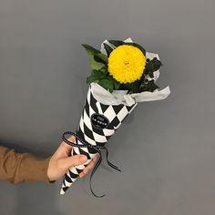 1,293 отметок «Нравится», 3 комментариев — FRENCH FLOWER SHOP LA REVE 라레브 (@ouilareve) в Instagram: «꽃을 디자인하다. THE FRENCH FLOWER SHOP LA REVE . . 어린아이가 들 꽃으로 선택하신 퐁퐁국화^^ 병아리같이 샛노란 색상이 정말 잘 어울리네요~…»