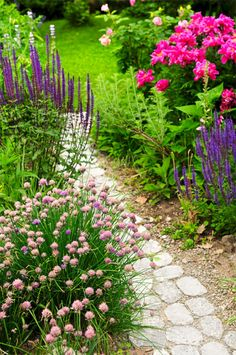 39 Start Spring Garden with flower Ideas. Garden edging cannot be dismissed. A garden might also have solar fountains that are eco-friendly and don't demand any external wiring. Garden Edging, Garden Paths, Garden Art, Path Ideas, Sloped Garden, Flower Landscape, Small Backyard Landscaping, Landscaping Ideas, Country Landscaping