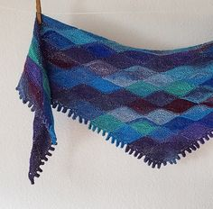 Deze prachtige sjaal zag ik net voorbij komen op Ravelry met de mooie naam Papagena (uit die Zauberflöte van Mozart?? ) Het patroon is ...