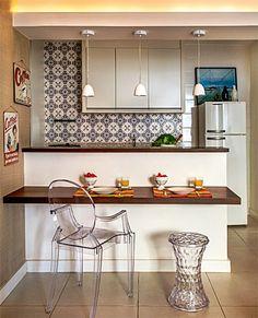 Love the chair /um-balcao-serve-como-mesa-de-refeicoes-e-aparador-nesta-cozinha/
