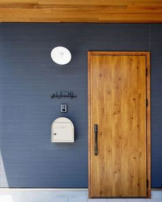 #hibiki #livingd #第一建設 #玄関 #レッドシダー #ポスト Modern Entrance Door, House Entrance, Entrance Doors, Cute House, My House, Cafe Interior, Interior And Exterior, Door Design, House Design