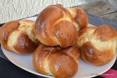 "Colacei pufosi de post pentru pomana, parastas. Numiti si ""japoneze"", acesti colaci traditionali de casa se impletesc foarte usor, sunt rumeni si pufosi. Diner Recipes, Vegan Recipes, Frosting Techniques, Bread Rolls, Pretzel Bites, Biscuits, Bakery, Deserts, Dinner"