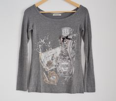 Grijs t-shirt met boothals met parfum afbeelding Maat: M/L Shop via https://shop.beautytalk.be/product/t-shirt-met-boothals-grijs/