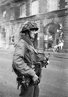 A British soldier stands with his weapon as buildings burn around him August 15 1969 Battle of the Bogside Derry Northern Ireland British Army Uniform, British Soldier, Northern Ireland Troubles, British Armed Forces, Military Pictures, Royal Marines, War Photography, Military History, World War Two
