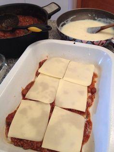 Poner capas, primero la masa, luego la salsa blanca, luego la bolognesa y finalmente el queso, repetir