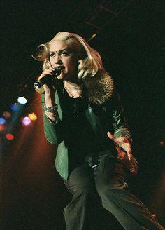 gwen Stefani w/bindi Gwen Stefani 90s, Gwen Stefani No Doubt, Gwen Stefani And Blake, Gwen Stefani Style, Gwen Stefani Pictures, Gwen Stephanie, Gwen And Blake, Hollaback Girl, Berlin