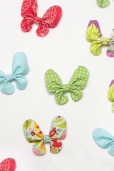 Butterfly Hair Bow Tutorial A tutorial to sew a butterfly hair bow, a perfect hair accessory for spring! This project is an easy sew and can be made with fabric scraps! Sewing Tutorials, Sewing Crafts, Sewing Projects, Sewing Patterns, Craft Projects, Fabric Bow Tutorial, Hair Bow Tutorial, Fabric Hair Bows, Fabric Flowers