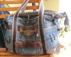 I love my jeans. un maschio mancato! If only I had enough time to do this.Thrift store jeans would provide a great resource for jeans pockets. Jean Purses, Purses And Bags, Amo Jeans, Denim Handbags, Denim Purse, Denim Ideas, Denim Crafts, Recycled Denim, Handmade Bags