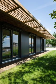 Use Solar Shades to Save Money and Enhance Your Home Future House, My House, Design Exterior, Solar Shades, Covered Pergola, Glass Roof, Pergola Designs, Black House, Modern Bathrooms