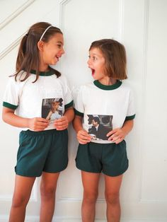 19 DIY Sister Halloween Costumes That You and Your Built-in Bestie Can Both Agree On Sister Halloween Costumes: Parent Trap. For sisters who look alike, recreate the separated-at-birth twin duo from the beloved film. Halloween Tags, Double Halloween, Halloween Costumes For Sisters, Costumes Halloween Disney, Halloween Mignon, Twin Halloween, Hallowen Costume, Pirate Costumes, Sister Costumes
