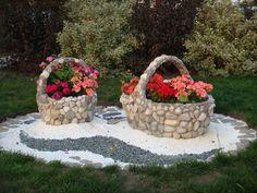 Ilusad lillekorvid aeda kaunistama.