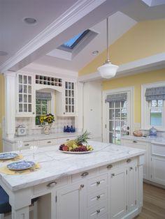 wandfarbe wei e k che landhausstil pastellgelb kochinsel sonnenblumen einrichten pinterest. Black Bedroom Furniture Sets. Home Design Ideas