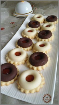 couronnes de chocolat sur sablés à la confiture Just Desserts, Delicious Desserts, Dessert Recipes, Yummy Food, Galletas Cookies, Cake Cookies, French Macaroon Recipes, Biscuit Cupcakes, Ice Cream Candy