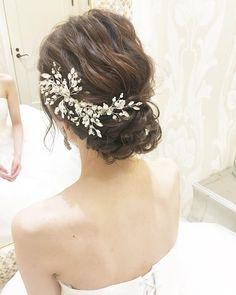 2018年秋冬!おしゃれなブライダルヘアカタログ20選 | marry[マリー] Flower Crown Hairstyle, Crown Hairstyles, Bride Hairstyles, Hairdo Wedding, Wedding Hair Flowers, Flowers In Hair, Bridal Headpieces, Bridal Hair, Pink Champagne Wedding