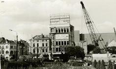 """Antwerpen, Koningin Astridplein 1975, de noordzijde klaar om afgebroken te worden. Hier kwam  enkele jaren later het """"Astrid Park Plaza Hotel"""", ondertussen """"Radisson Blu hotel"""". Op de gevel van het grootste gebouw, dat een rijke gezschiedenis had,  is nog te zien dat """"Rock Ola"""" er gevestigd was."""