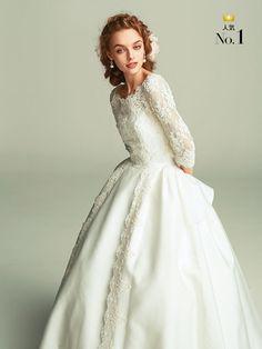 繊細なレースが花嫁を優しく上品に包み込んで  レースのロングスリーブが凜とした美しさを放つ一着。ボリュームのあるスカートで愛らしさもプラスし... W Dresses, Vintage Dresses, Fashion Dresses, Wedding Dress Crafts, Wedding Flower Girl Dresses, Conservative Wedding Dress, Bridal Gowns, Wedding Gowns, Most Beautiful Dresses