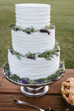 The fabulous Lavender Wedding Cakes | http://fabmood.com/lavender-wedding-cakes/