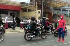 Foto: Spiderman Atur Lalu Lintas Bikin Heboh Warga Malang