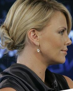 Get tons of Charlize Theron Hairstyles Part 4 for free Charlize Theron Hair, Cider House Rules, Mighty Joe, Atomic Blonde, Most Beautiful Faces, Celebs, Celebrities, Beautiful Actresses, American Actress
