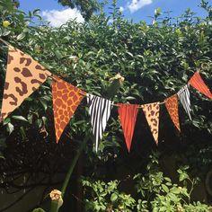 guirnalda banderín animal print animales de la selva Jungle Theme Parties, Safari Birthday Party, Jungle Party, Party Themes, Birthday Parties, Outdoor Bunting, Cradle Ceremony, Outdoor Parties, Jungle Animals