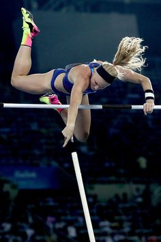 Sandi Morris of the United States competes in the Women's Pole Vault Final on Day 14 of the Rio 2016 Olympic Games at the Olympic Stadium on August. Foto Sport, Human Poses Reference, Pole Vault, Long Jump, Anatomy Poses, Beautiful Athletes, Dynamic Poses, Body Poses, Action Poses